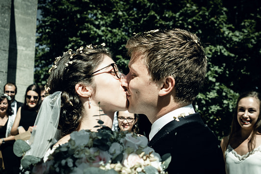Baiser à la sortie de l'Eglise au mariage d'Héloïse et Baptiste